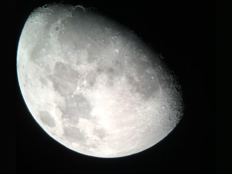 imaxe da lúa tomada cun telescopio moderno e unha cámara de teléfono. Vemos sombras feitas polas montañas.'un téléphone. On voit des ombres faites par les montagnes.